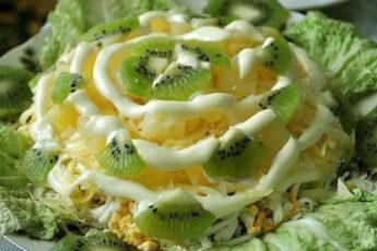 Салат с курицей и киви. Очень вкусно и красиво