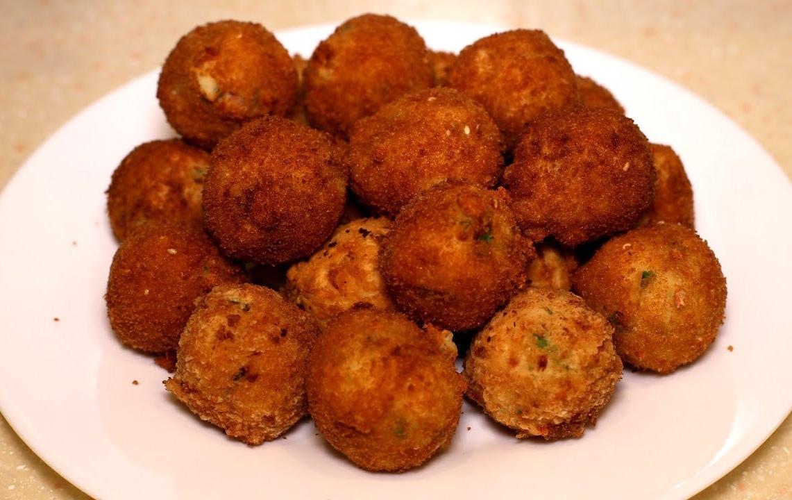 Пончики из картофеля, сыра и бекона. Нежные внутри и хрустящие снаружи картофельные пончики.