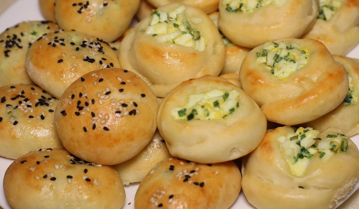 Мини пирожки с яйцом и зеленым луком из творожного теста.