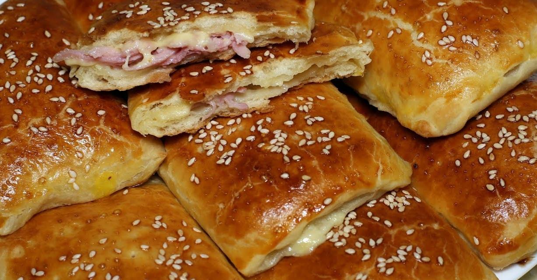 Слоеные пирожки(слойки) с ветчиной и сыром.