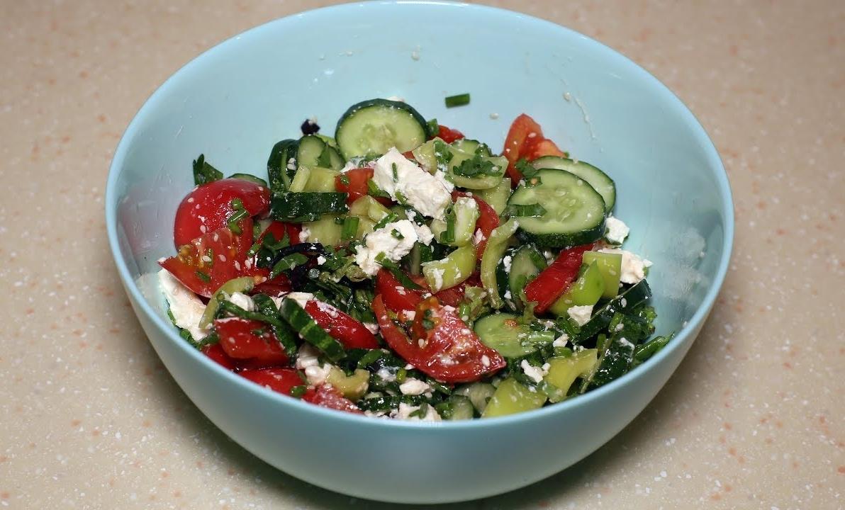 Летний овощной салат с идеальной заправкой к нему.