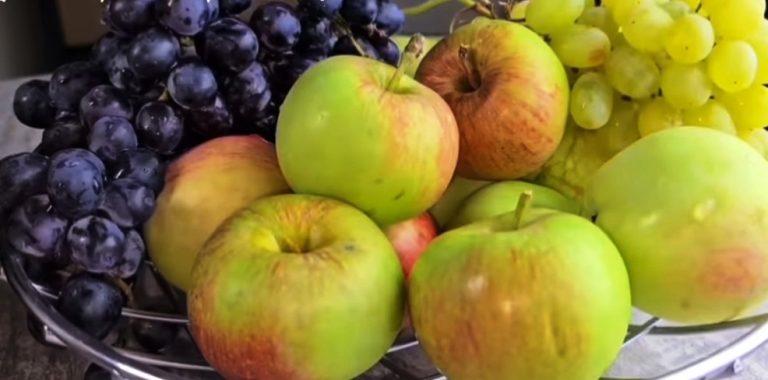 Был бы погреб, наготовила бы 50 банок. Помидоры с виноградом и яблоками